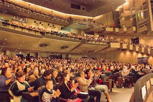 '图4:自神韵国际艺术团来到北加州巡演后,继弗雷斯诺、圣荷西、旧金山、沙加缅度场场爆满后,这股热潮继续延烧到著名学府加州伯克利分校的泽勒巴克馆(BerkeleyZellerbachHall),二零一八年一月十二日至十四日,神韵在这里三天四场的演出场场大爆满,一票难求。图为十四日下午场演出大爆满的盛况。'