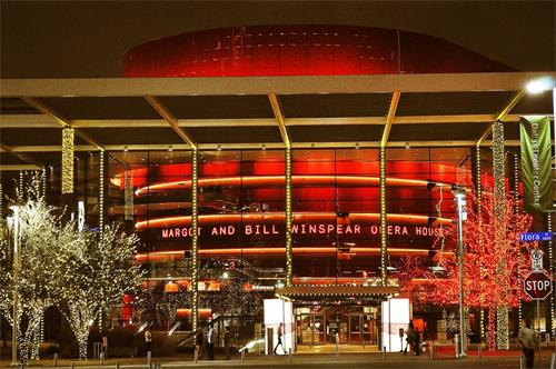"""'图5:二零一八年一月十二日至十四日,神韵世界艺术团与神韵北美艺术团同时在达拉斯、相距只有三英里的达拉斯博览会公园音乐厅和达拉斯温斯皮尔歌剧院两个剧院演出七场,演出票全部售罄。图为其中达拉斯AT&T演艺中心-温斯皮尔歌剧院外景。据剧院资深管理者说,这个""""世界第一秀""""风靡达拉斯,受欢迎程度在当地史无前例。'"""