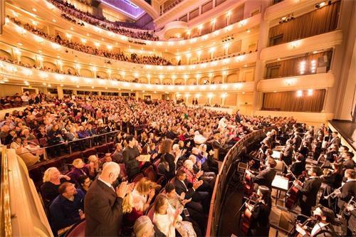 '图6:二零一八年一月八日至十日,美国神韵世界艺术团在德州沃斯堡贝斯演艺厅(BassPerformanceHall)的三场演出票全部售罄。图为一月九日晚演出大爆满盛况。'