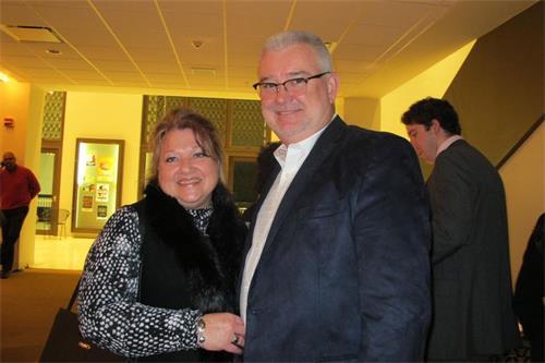 '图13:朗达是路易斯安那州一个医疗组织的执行董事朗达·麦克马纳斯(RhondaMcManus)与丈夫唐纳德·麦克马纳斯(DonaldMcManus)观看了一月十一日晚,杰克森市的神韵演出。'