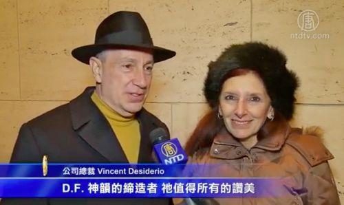 '图15:一月十四日晚,一家软件制作公司的老板文森特·德西德里奥(VincentDesiderio)和妹妹一同观看神韵。他说,神韵是神的作品。他能来看神韵是神的赐福。'