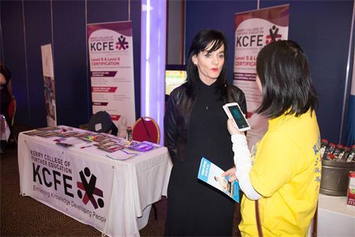 """'图4:一月十四日,爱尔兰西南部基拉尼的""""平衡健康展""""上,唐纳·沃什生活基金会总裁,凯里教育学院(KCFE)校长的卢西女士邀请法轮功学员前去教育学院教功。'"""