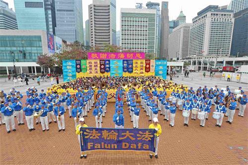 '图2:法轮功学员向李洪志大师的拜年活动,在天国乐团演奏乐曲中,揭开新年集会的序幕。'
