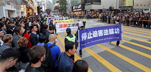 '图5~11:法轮功学员游行香港市区,新年送福,传送法轮大法美好的讯息,并呼吁停止迫害,法办元凶'