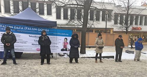 '图1:二零一八年一月二十日下午,芬兰学员冒着严寒,来到赫尔辛基市中心传播法轮功真相。图为学员演示<span class='voca' kid='86'>功法</span>。'