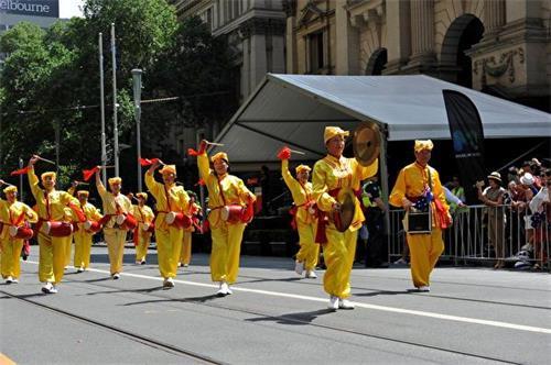 '图1~3:法轮功学员参加墨尔本市中心的澳洲国庆日大游行'