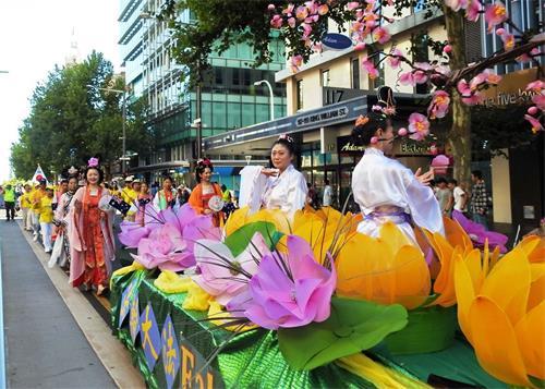 '图1~2:南澳法轮功学员参加澳洲日庆祝游行。'