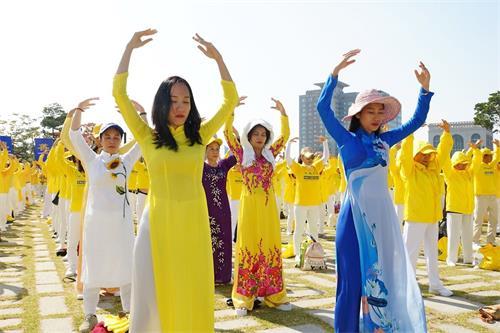 '图1~2:2018年10月13日,韩国首尔,来自亚洲十多个国家的法轮功学员举行盛大游行之前在首尔白凡广场公园集体炼功。'