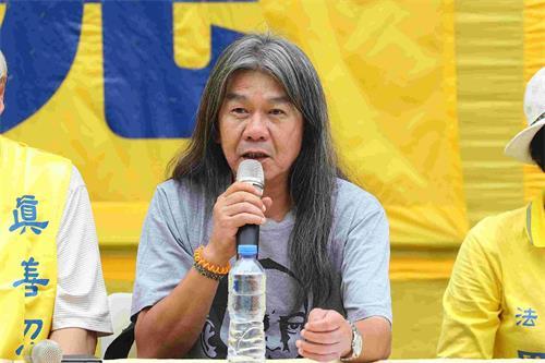 '图4:香港前立法会议员梁国雄在集会上发言。'