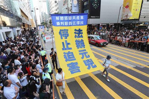 '图10:学员张起大型幡旗,呼吁制止迫害、法办元凶。'