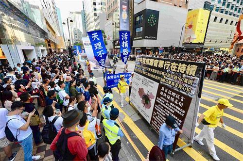 '图13:游行展示大型展板,揭露中共强摘器官罪行。'