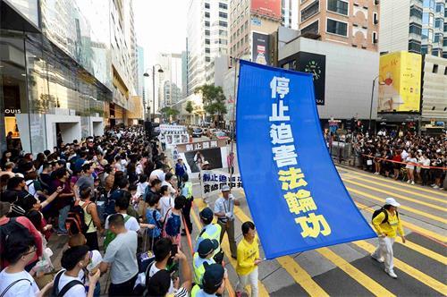 '图14:法轮功学员游行,呼吁停止迫害法轮功。'