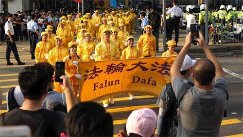'图15:腰鼓队途经闹市,受到沿路民众欢迎。'