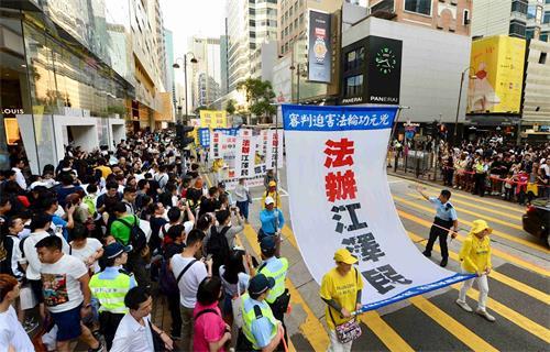 '图19:法轮功学员游行,呼吁法办江泽民。'