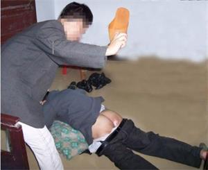 '酷刑演示:用鞋底打烂臀部'