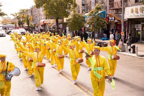 '图1~18:法轮功学员在纽约第三大华人社区布碌仑第八大道举行盛大游行'