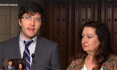 '图:参议员萨尔玛·奥特拉吉安(Salma?Ataullahjan,右)和保守党国会议员加内特·吉尼斯(Garnett?Genuis,左)2018年10月25日——在加拿大参议院通过打击贩运人体器官的法案S-240两天后,联合召开新闻发布会向外界公布。'