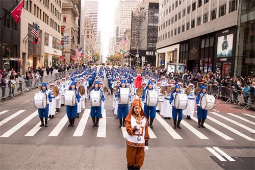"""图1~3:由法轮功学员组成的""""天国乐团""""在游行队伍中备受瞩目。"""