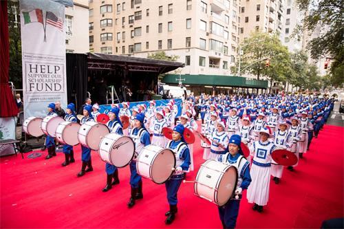"""图4:法轮功学员组成的""""天国乐团""""在第67街至第69街之间的红毯上做精彩表演。"""