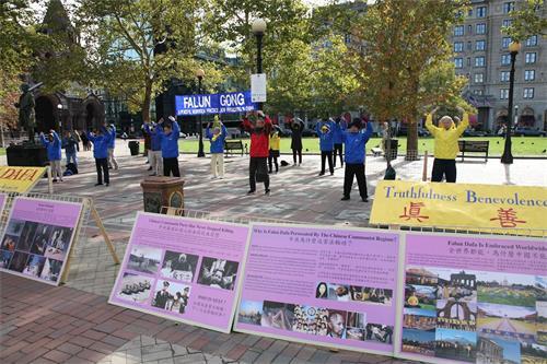 ''图1:法轮功学员在美国波士顿市的科普利广场(Copley?Square)举办活动,向民众传播真相。''