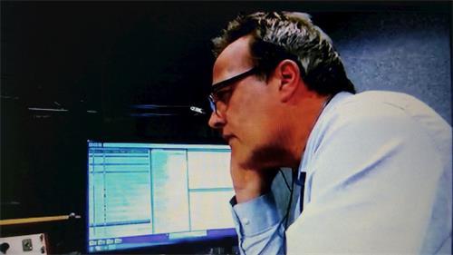 """'图4:BBC电视台""""西点(WestPoints)""""栏目日前也播放了马修·希尔(MatthewHill)的专门调查,里面有希尔正在向中国广州一家医院问询肝移植的电话采访镜头'"""