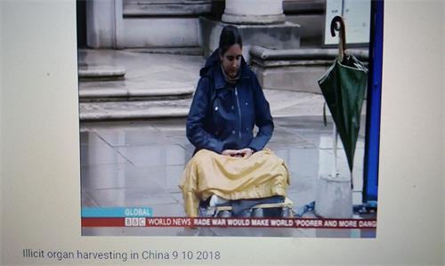 '图8:BBC播出镜头中,一位西人法轮功学员在伦敦中使馆前和平抗议'