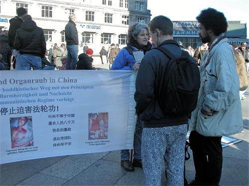 '图1:二零一八年十一月十七日,法轮功学员在科隆大教堂前的广场上举办讲真相的活动。'
