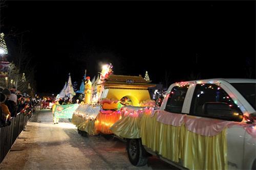'图1~3:卡尔加里法轮功学员参加班芙圣诞灯光游行'