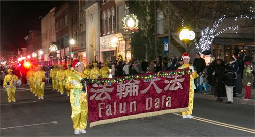 法轮功腰鼓队参加上州米德敦市(Middletown)圣诞点灯遊行。
