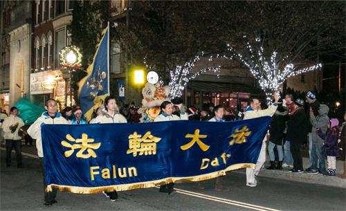 法轮功学员组成的方阵参加上州米德敦市(Middletown)圣诞点灯遊行。