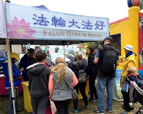 图1:巴拉瑞特举办的慈善市集上,法轮功展位吸引民众驻足。