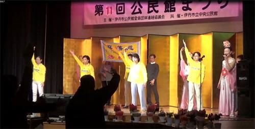'图1:法轮功学员在舞台上演示功法'