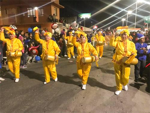 图1~4:二零一八年十一月二十四日,墨西哥学员首次参加特拉斯卡拉州(Tlaxcala)赤奥特马潘市(Chiautempan)圣诞游行,受到两旁观众的热情欢迎。