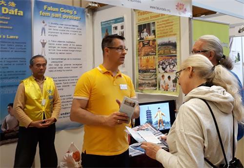 图1:二零一八年十一月二日至四日,丹麦法轮功学员在哥本哈根健康博览会上介绍法轮功。