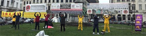 '图1:比利时法轮功学员在欧洲议会前揭露中共迫害法轮功真相,要求制止中共残酷迫害法轮功'