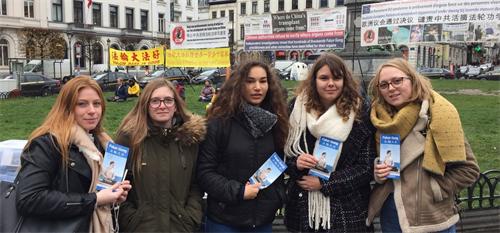'图2:来自法国的大学生们表示:我们支持你们反迫害。'