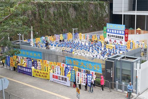 """图1~3:二零一八年十二月九日上午十点,国际人权日前夕,香港法轮功学员在政府总部前的""""公民广场""""举行反迫害集会。"""