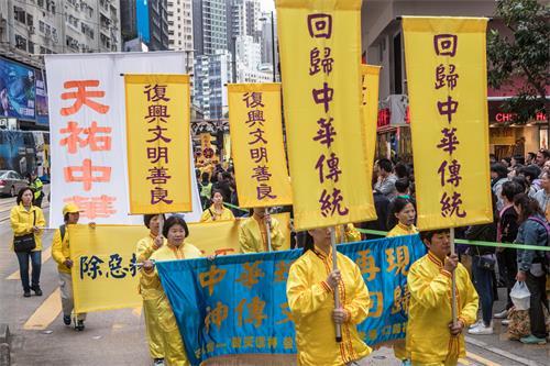 图7~13:香港法轮功学员十二月九日举行国际人权日大游行,呼吁制止中共对法轮功的迫害,法办江泽民等元凶。游行盛大场面,震惊大陆游客。