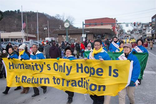'图1~3:十二月九日,法轮功学员参加纽约上州的杰维斯港市的圣诞游行,受到民众热烈欢迎。'