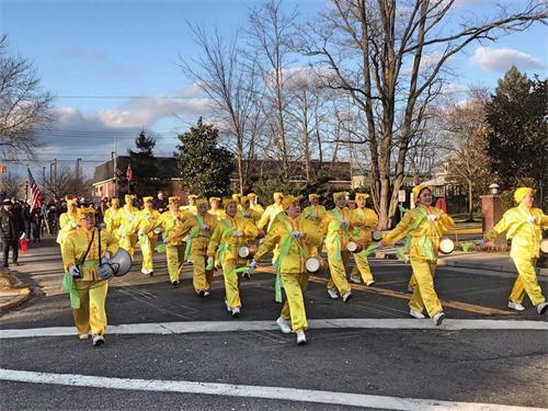'图8:十二月八日,法轮功学员组成的腰鼓队参加了长岛的里弗黑德镇的圣诞游行。'