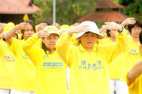 '图1~3:二零一八年十二月八日,法轮功学员在马来西亚法会召开前夕,举行集体炼功,场面祥和壮观。'