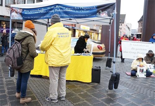'图1:德国法轮功学员在纽伦堡著名的圣婴圣诞市场举办活动。'
