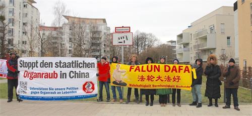 '图3:来自德国和奥地利的法轮功学员顶着冷冽的强风,在慕尼黑中领馆前举办活动。'