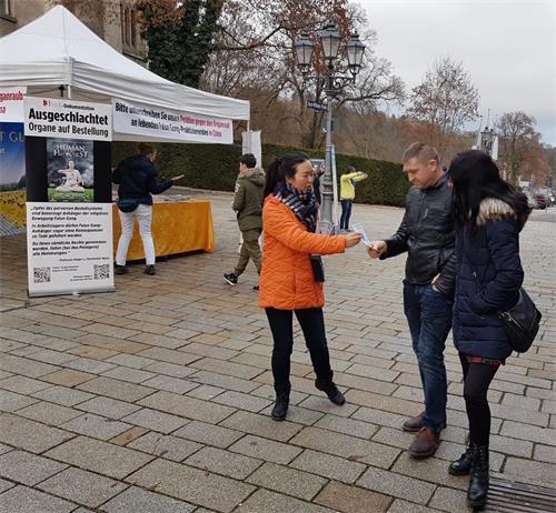'图6:法轮功学员在德国南部小城西格玛琳根步行街举办活动'