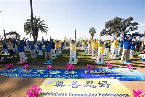 '图1~4:洛杉矶法轮大法学员齐聚圣莫妮卡(Santa?Monica)海滩集体炼功。'