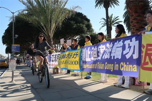 """'图6~7:法轮功学员在圣莫妮卡海滩公园拉起一道道横幅,形成""""真相长城""""向游客说明法轮功真相,制止中共迫害法轮功学员。'"""