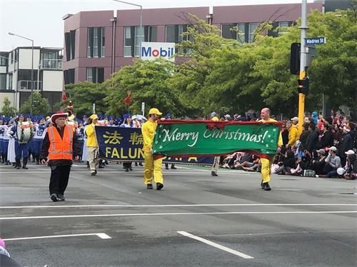 '图1~3:法轮功学员们和天国乐团受邀参加基督城圣诞游行'