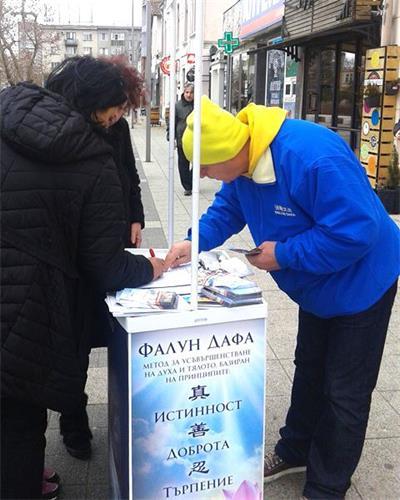 '图4:民众在要求法办江泽民的征签表上签名'