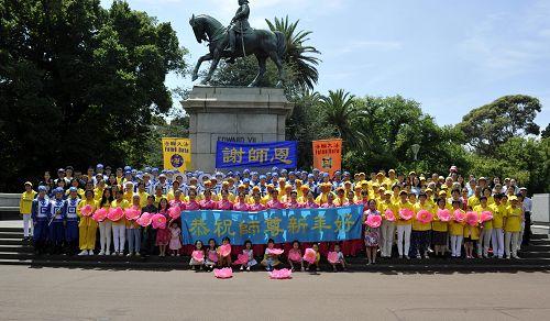 墨爾本部分法輪功學員恭祝師尊李洪志先生新年快樂。
