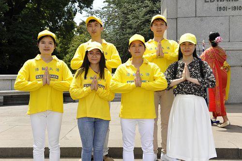 室內設計師阮氏姮(Hang Nguyen,前排右一)與墨爾本部分越南法輪功學員恭祝師尊李洪志先生新年快樂。